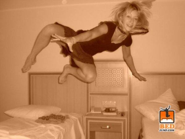 组图流行新趋势C美女帅哥酒店跳床玩自拍