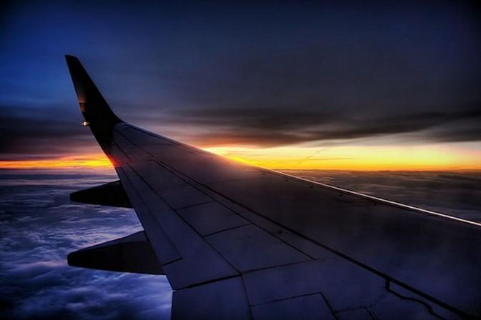 如何从飞机窗户拍摄照片